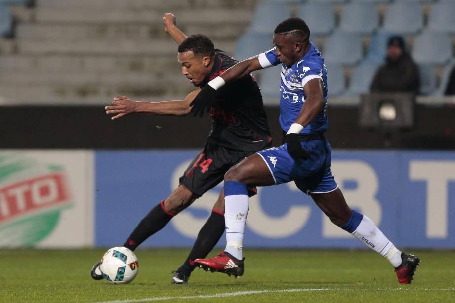 Pléa, ici gêné par Keita, et les Niçois enregistrent leur quatrième match nul lors des cinq dernières rencontres.