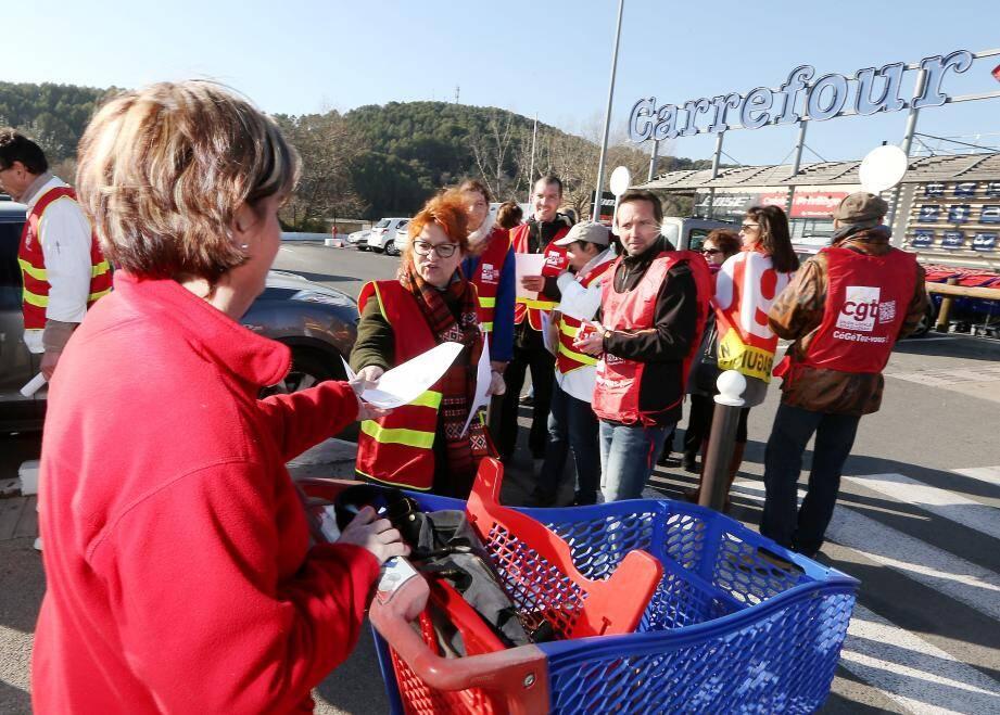 Action de débrayage et de tractage, hier matin,  pour une dizaine de salariés du Carrefour Salamandrier. Ils protestaient contre le travail le dimanche matin qui pourrait devenir la norme dans une grande partie des hypermarchés du groupe.