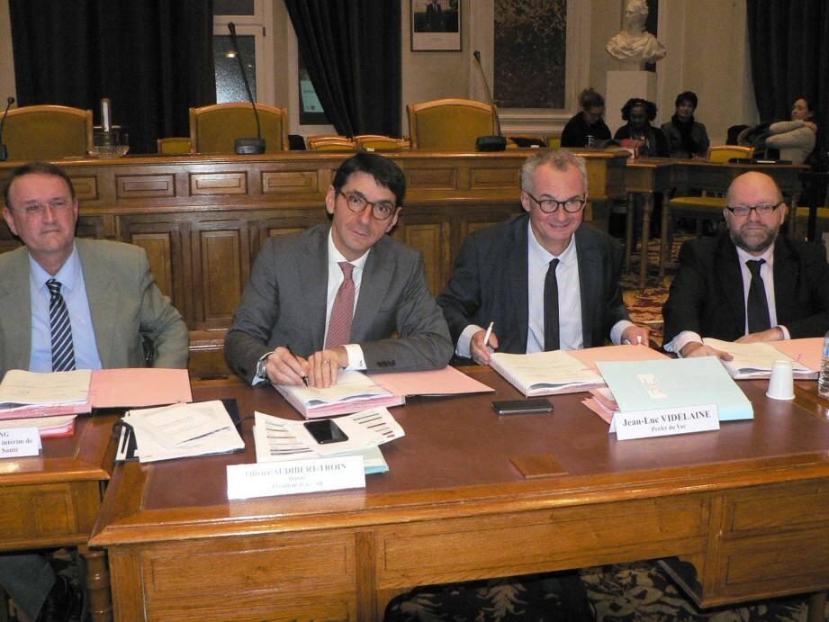 Le président Olivier Audibert-Troin et le préfet Jean-Luc Videlaine, au moment de la signature du contrat, sous l'œil de Joël Weicherding de l'ARS, signataire également de celui-ci (à gauche) et du sous-préfet Philippe Portal.