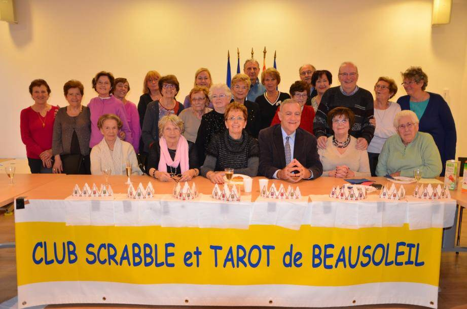 Les membres du Ccub avec le maire, à sa droite Jacqueline Lantéri (présidente et responsable du scrabble), à sa gauche Huguette Albano (vice-présidente et responsable du tarot).