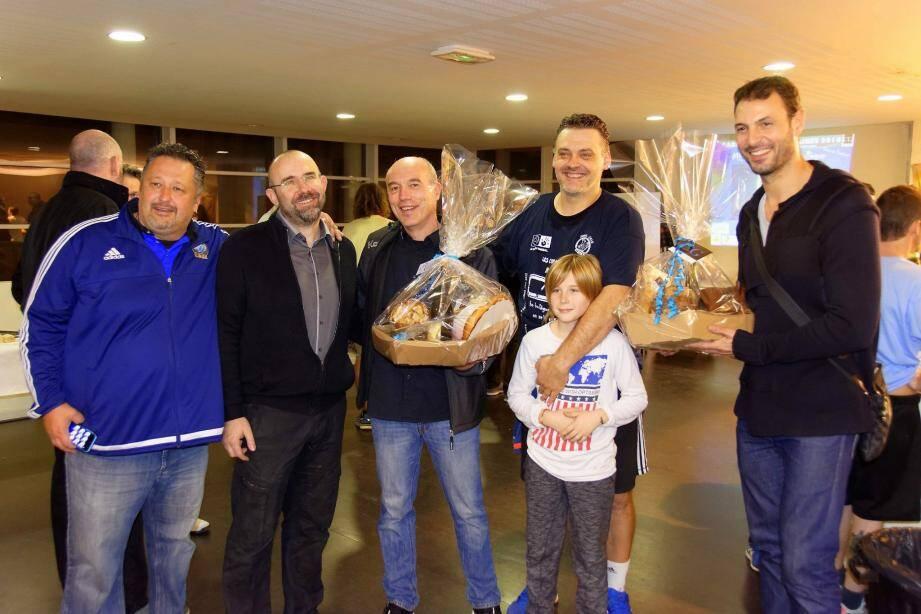 De gauche à droite : Armand Gori et Lionel Guion, respectivement éducateur et président du CAUZ ; Didier de Samie, coach du PAUC ; Éric Schiappapiétra, manager du CAUZ et Jérôme Fernandez, viennent d'officialiser le match de mardi prochain.