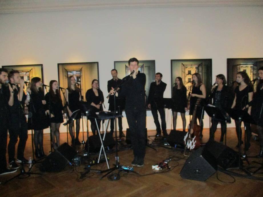 Exécution spontanée et syncopée par Martin Mey et une quinzaine d'élèves du Conservatoire.       (P Ma)