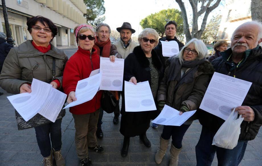 Les bénévoles de la CADAC et plusieurs organisations partenaires ont abordé les passants hier matin dans le centre-ville.