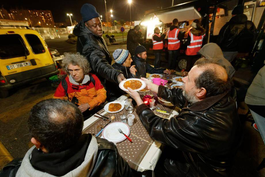 80 personnes en moyenne viennent chaque mardi soir manger et chercher de la chaleur humaine au food-truck solidaire Comme à la maison.