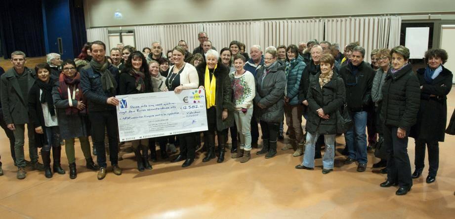 Audrey Guemard a remis le chèque à Florence Berthier en présence de Christophe Bottai, adjoint aux sports et aux associations.