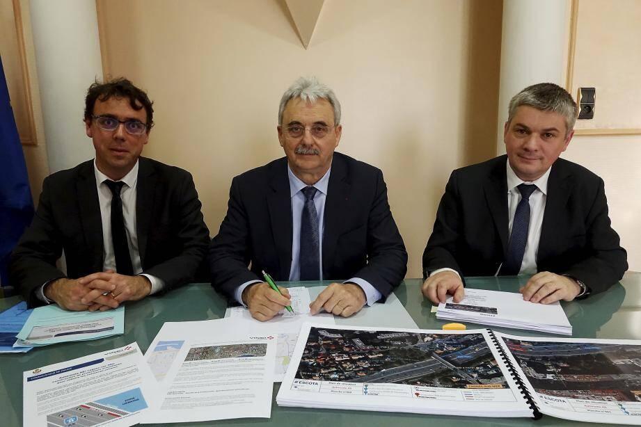 Louis Nègre et les deux représentants d'Escota-Vinci.