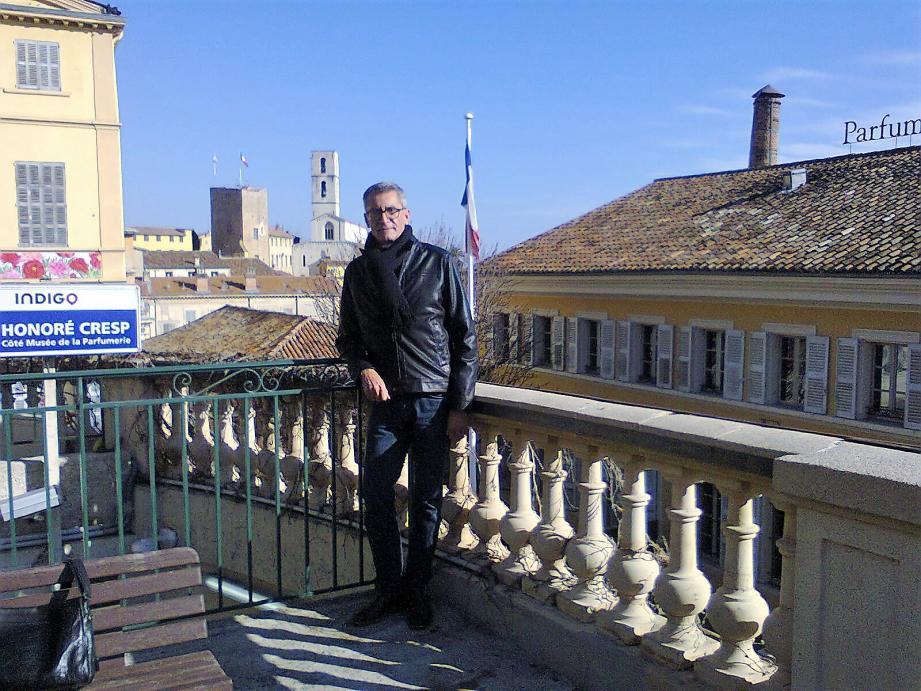 Hier : Laurent entre son père à droite et un ami de la famille. Il a alors un an et pose déjà devant la façade d'un monument historique.