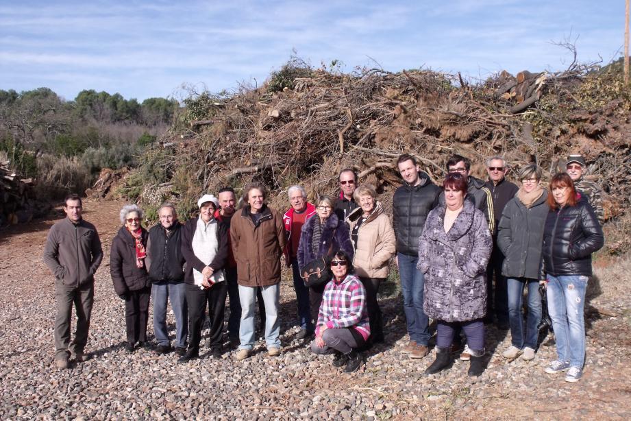 Les membres du Comité de défense du cadre de vie du territoire des Maures avaient appelé à un rassemblement devant le tas de déchets verts.
