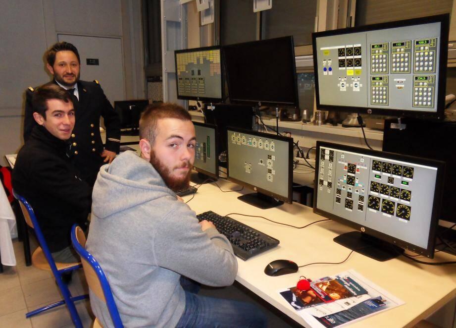 Auprès des formateurs de l'école de navigation sous-marine, les jeunes visiteurs lycéens ont appris la conduite de la propulsion nucléaire sur le simulateur Pégase.