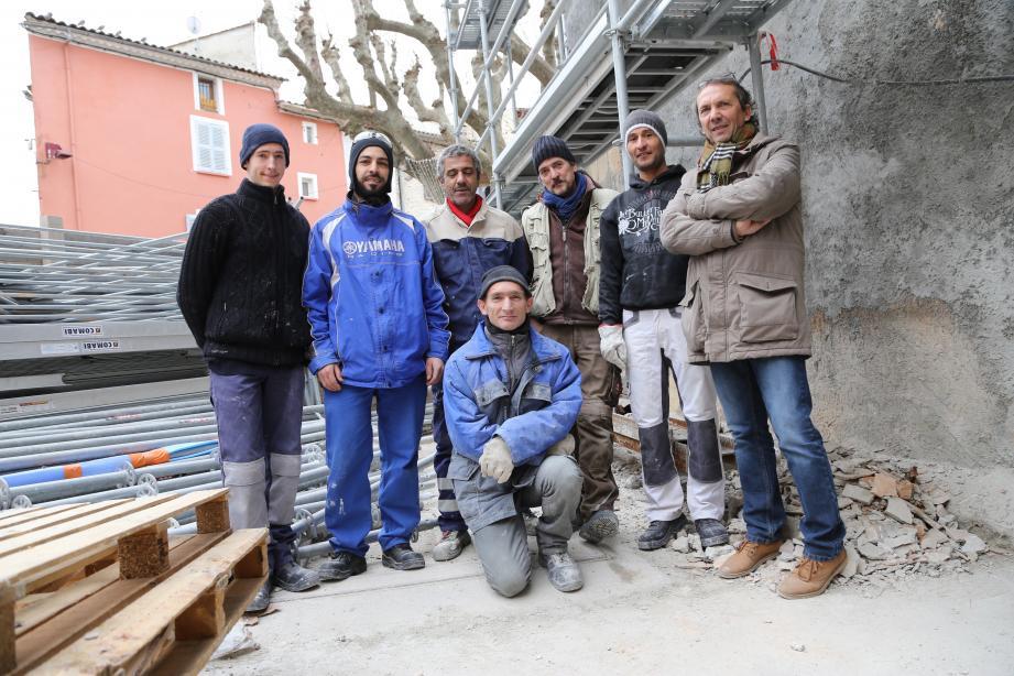 Plus qu'une simple réhabilitation de bâtiment, sur le chantier des futurs locaux municipaux de Garéoult, les ouvriers en réinsertion professionnelle construisent leur avenir.