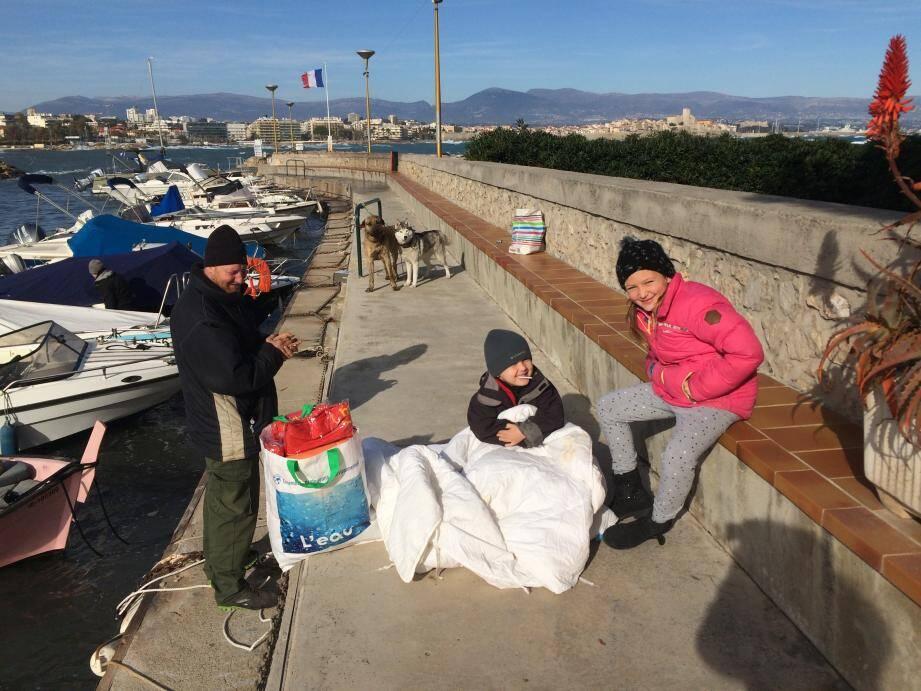 Nicolas et Mathilde ont rencontré Gilles et ses deux chiens sur le port de la Salis.