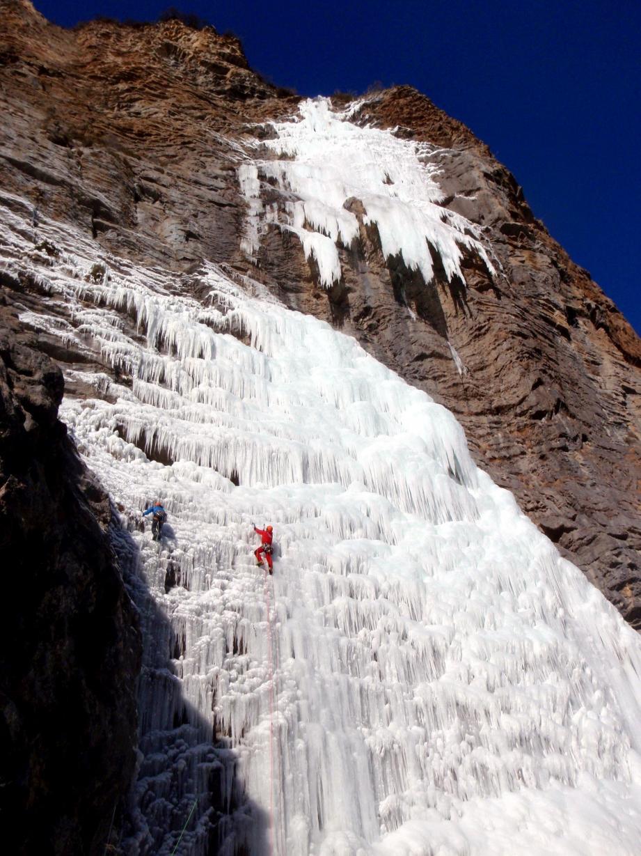 Sur cette photo, on distingue Benjamin Guigonnet et Romain Bousrez qui attaquent l'escalade de deux longueurs de glace du bas la grande cascade d'Entraunes.