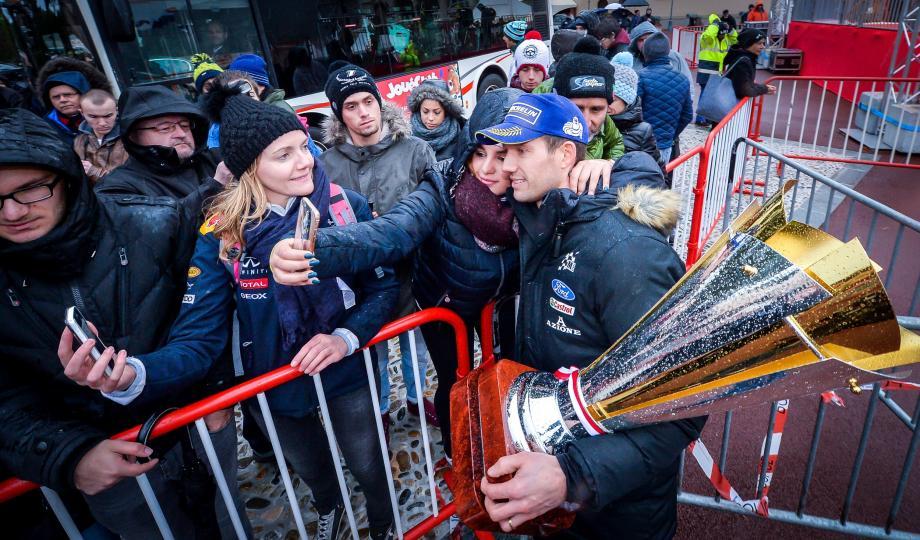 Aussitôt sacré vainqueur du rallye de Monte-Carlo, Sébastien Ogier s'est prêté à la photo souvenir pour ses fans.