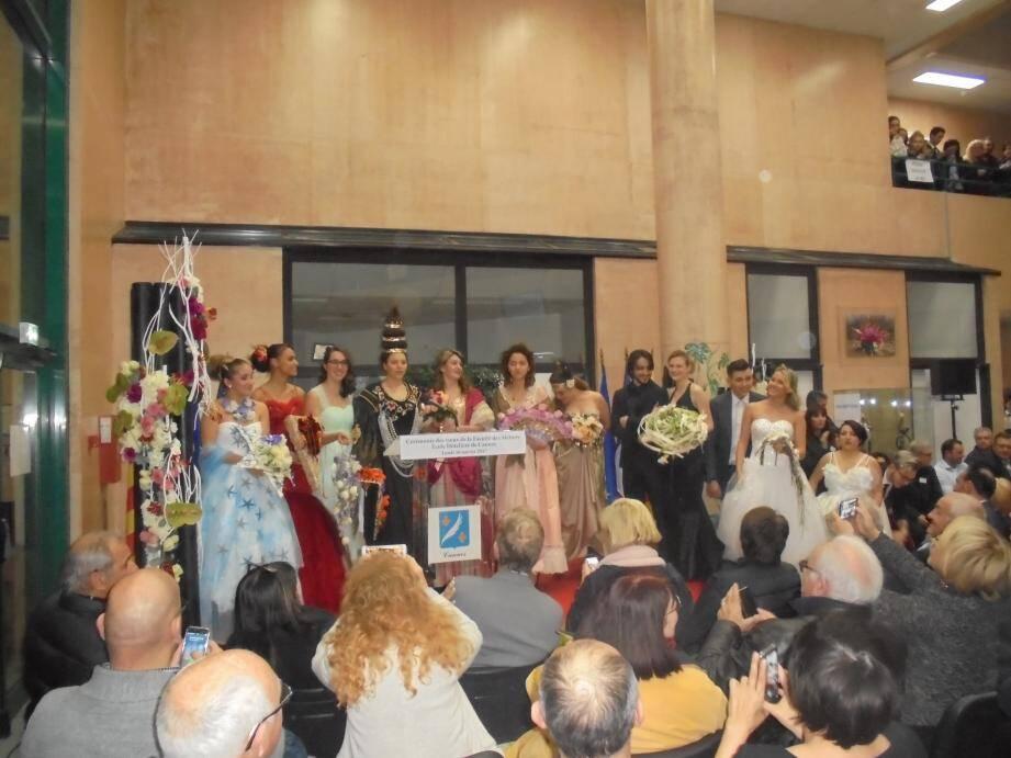 Le hall de l'école hôtelière a accueilli entre 300 et 400 personnes. Un défilé préparé par les apprentis fleuristes et coiffeurs a précédé la remise des diplômes.
