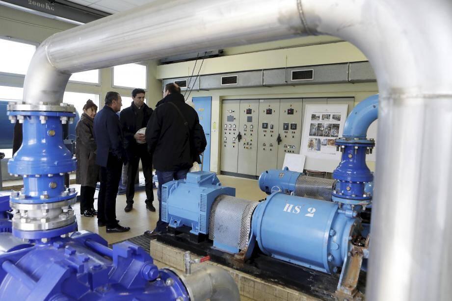 Le maire de Villeneuve, Lionnel Luca, ainsi que des représentants de Suez, ont fait le bilan des travaux réalisés sur le réseau d'eau potable en 2016.