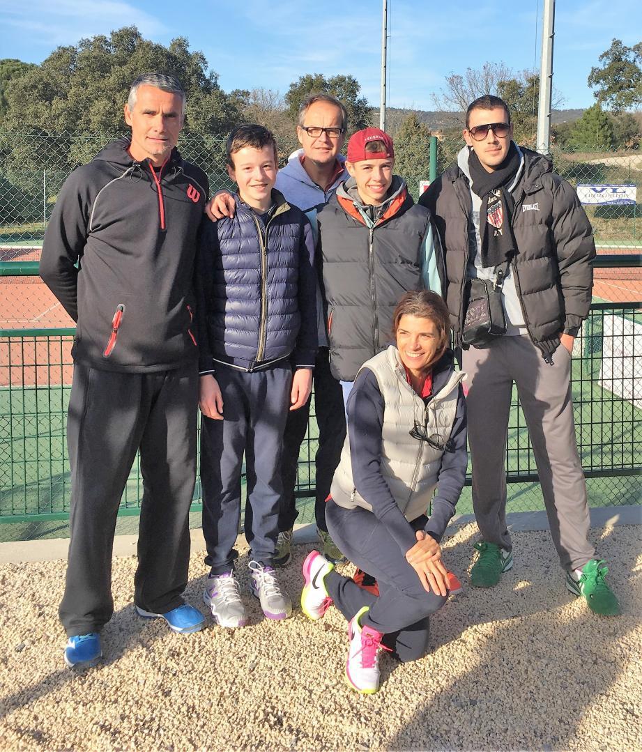 Les jeunes champions, entourés de leurs coachs, leur Président et leur Secrétaire Julie Strousthos. (A.G.)