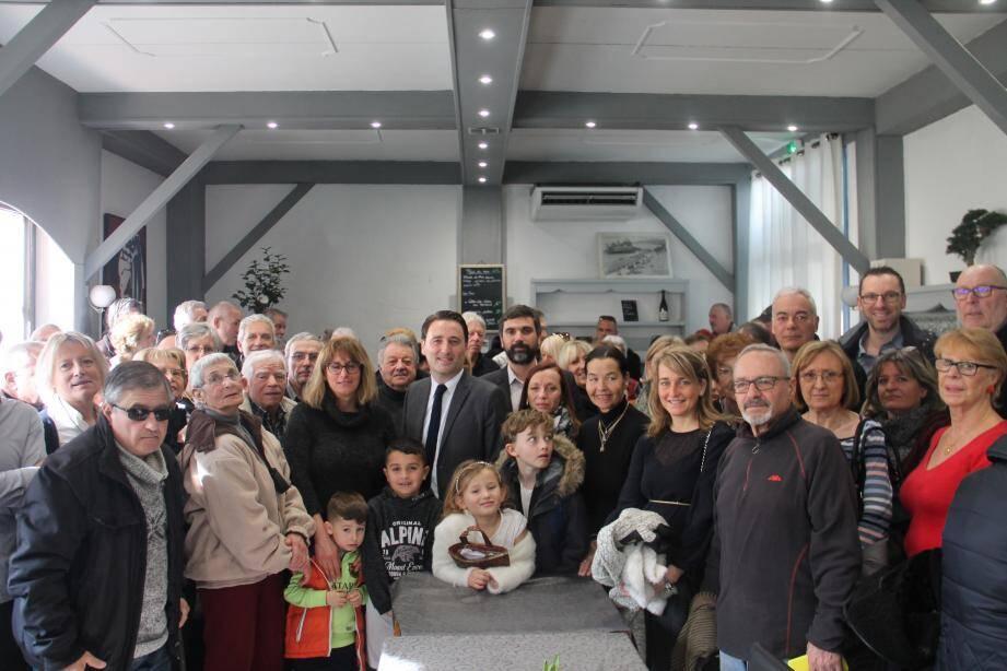 Autour de Ladislas Polski, ses colistiers de l'opposition trinitaire et des partenaires de la gauche azuréenne dont Fouzia Ayoub, Patrick Allemand et Xavier Garcia, premier secrétaire fédéral du PS.