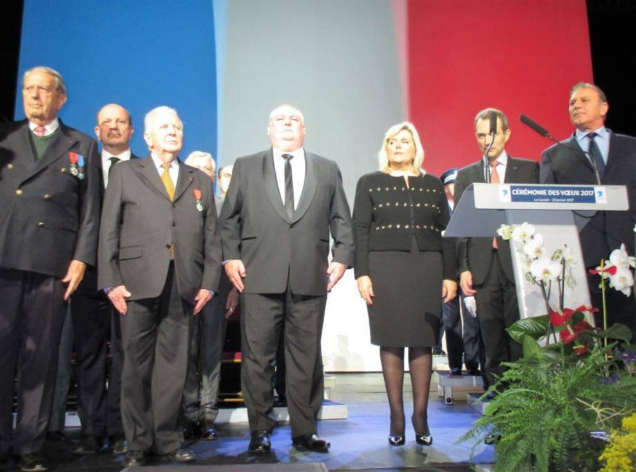 À droite, Jean-Luc Genty s'apprête à recevoir la Légion d'Honneur des mains de Maurice Doz, ancien adjoint au maire du Cannet et Chevalier de la Légion d'honneur.