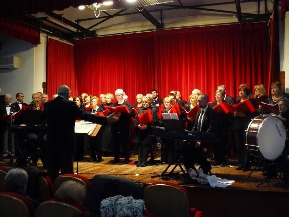 Sous la direction de Romano Pini, la trentaine de chanteurs de ce chœur a offert un bel instant lyrique à une salle remplie de mélomanes.