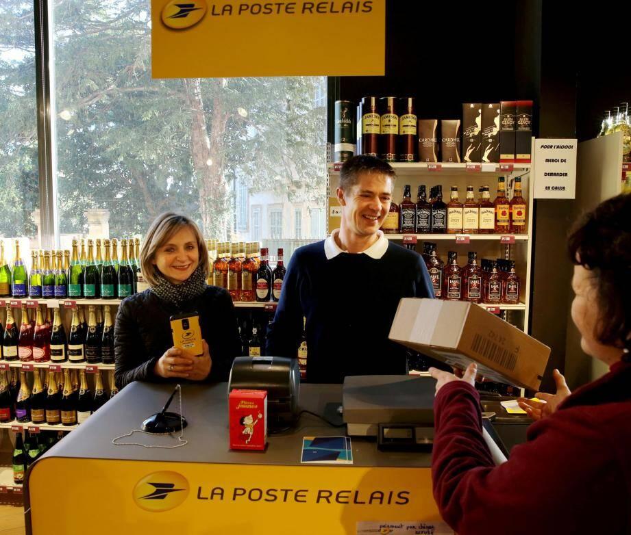 Au Casino shop du centre-ville, Dalila et Mathieu ont ouvert le guichet postal depuis le 16 janvier.