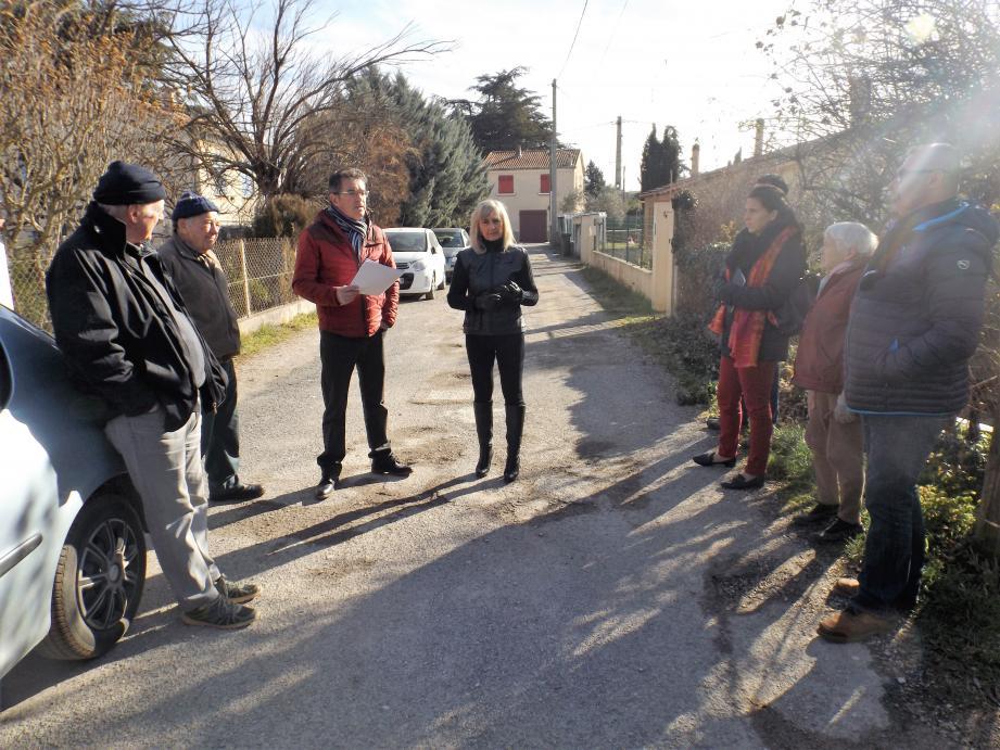Autour des élus, les résidents sont attentifs aux indications fournies sur les travaux.