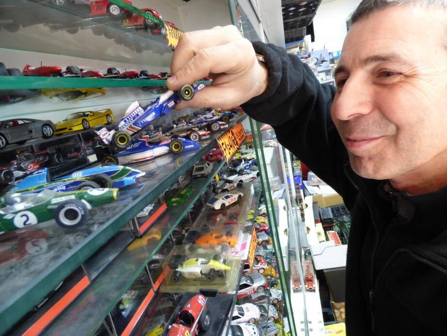 Dans son magasin toulonnais, Jean Rabinovitch veille sur 10  000 petites voitures.
