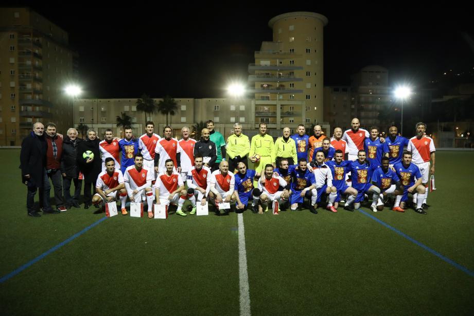 L'équipe du Festival a affronté dans la bonne humeur la team des Barbagiuans, lundi soir, sur la pelouse du stade de Cap-d'Ail.