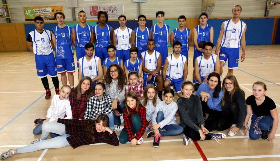 Deux équipes, du club avec les danseuses de l'École des Arts et Loisirs de Fréjus.