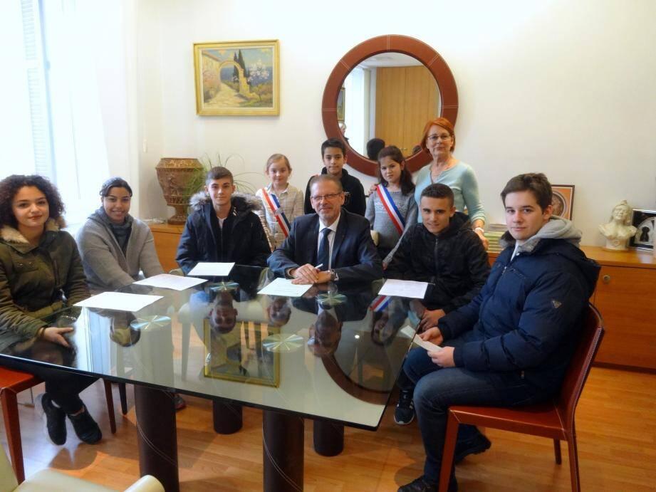 Lors de la signature du contrat Pass'points citoyens, des jeunes du conseil de ville des enfants avec leur élue, Huguette Jonet, se sont joints à leurs aînés.