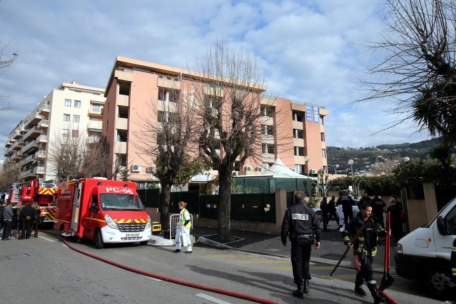 L'incendie soudain et violent a pris au rez-de-chaussée de l'immeuble situé entre le  boulevard Pasteur et l'avenue Lyautey. Un ancien hôtel devenu une résidence  d'appartements meublés.