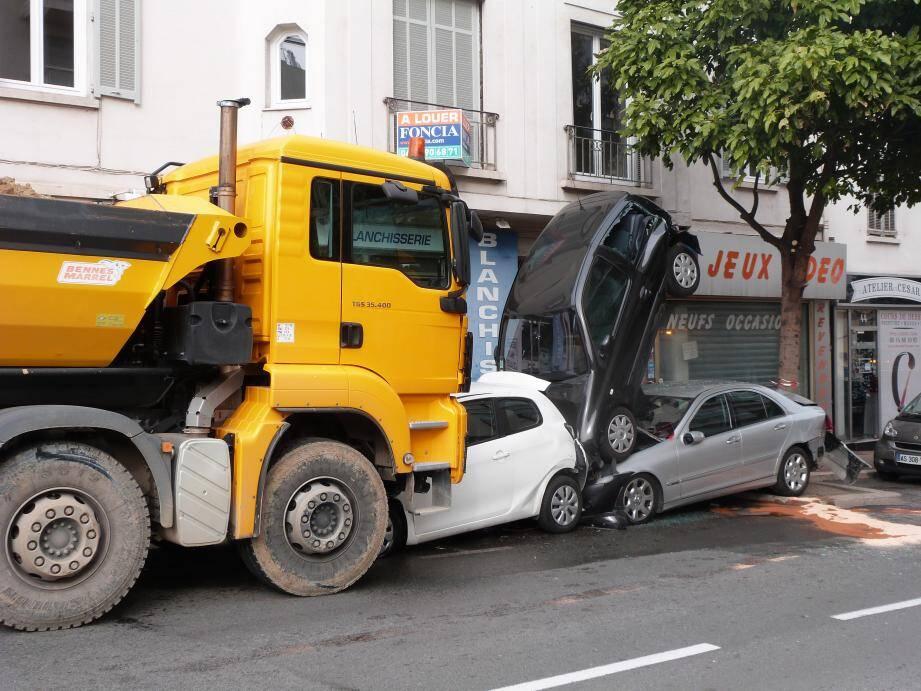 L'accident s'est produit en face du poste de police municipale.