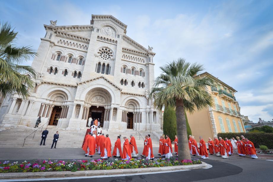 À 11 h 30 hier matin, le prince Albert II et la princesse Charlène ont suivi le défilé de la procession avec leurs jumeaux, se prêtant à quelques facéties depuis le balcon du Palais princier.