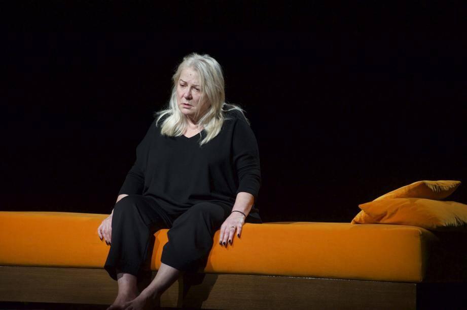 Josiane Balasko parfaite dans le monologue de la Femme Rompue, de Simone de Beauvoir.