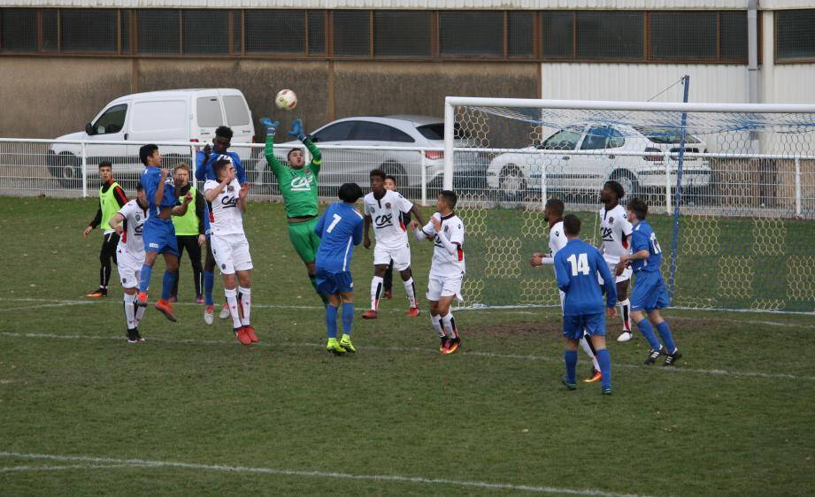 Les Niçois (en blanc) ont concédé l'égalisation en fin de match, sur un penalty.