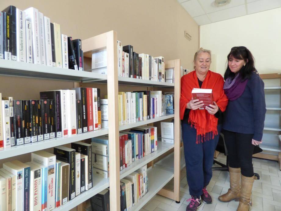 Corinne Loiseau, adjointe spéciale de l'Ayguade, et Marie-Josée Cartereau, qui accueille le public à la mairie annexe, et donc à la bibliothèque, présentent le nouvel espace récemment aménagé.