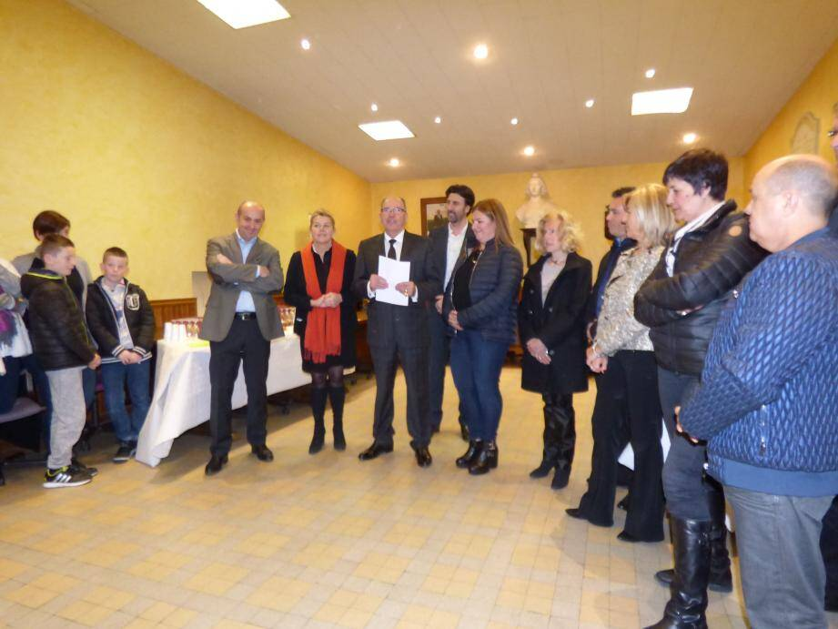 Ambiance chaleureuse entre représentants des communes des Villages perchés lors des vœux, en mairie de Gattières.