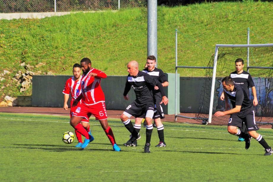 Pereira Mendes (en rouge) et ses coéquipiers ont fait bloc pour repartir de l'avant après leur lourde défaite de la semaine passée.