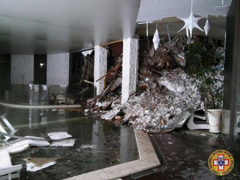 Une vue de l'intérieur de l'hôtel dévasté par l'avalanche
