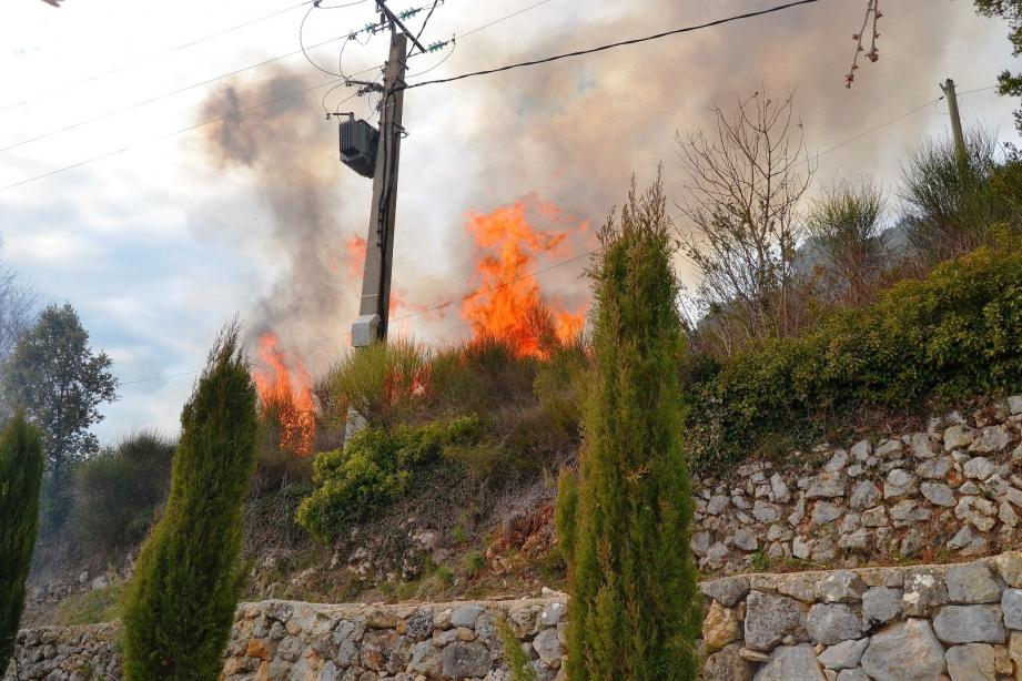 Les flammes étaient impressionnantes à proximité du pylône électrique.