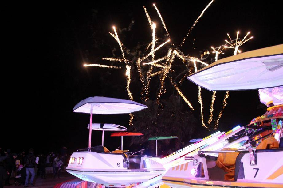 La fête foraine de Menton a ouvert au public samedi soir, lors d'une première inauguration nocturne. Marquée par une autre nouveauté: un feu d'artifice tiré depuis l'esplanade Francis-Palmero.