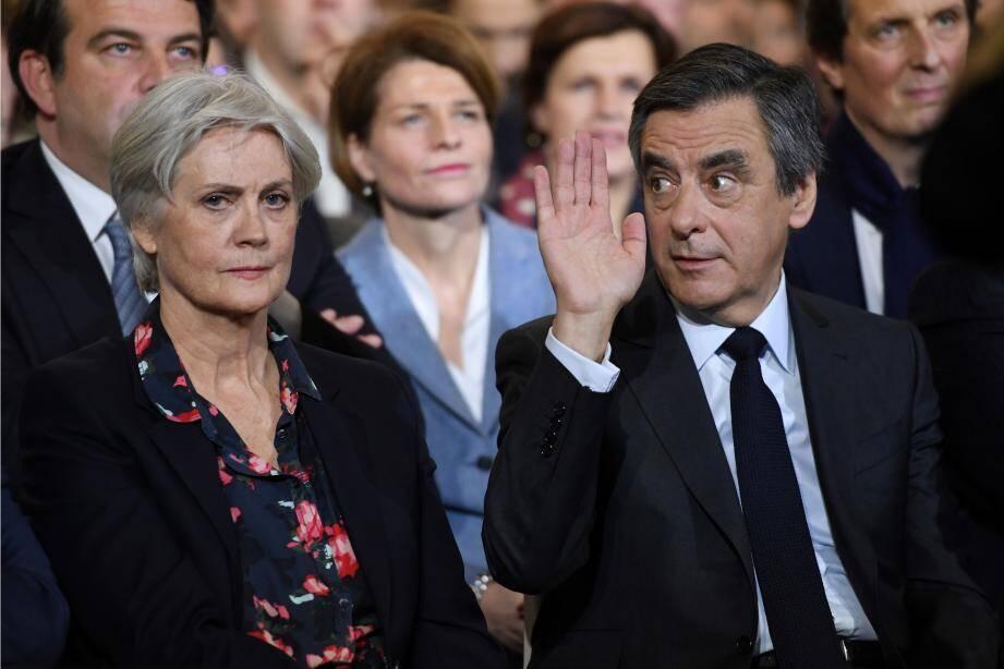 François et Pénélope Fillon lors du meeting du candidat LR à la présidentielle, dimanche à Paris.
