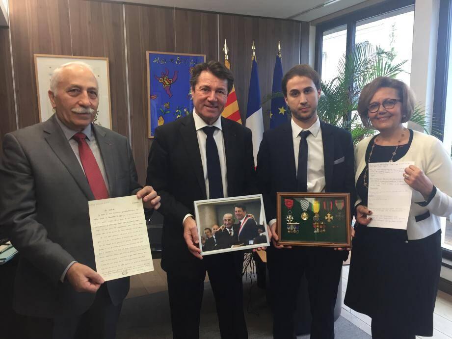 Emmanuel Antuofermo, le petit-fils de Charles Gottlieb a remis les médailles de son grand-père à Christian Estrosi pour la Ville de Nice en présence de Martine Ouaknine et Lucien Samak.