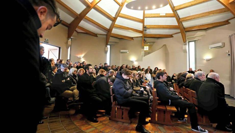 La salle du crématorium de Nice était trop étroite hier pour accueillir toux ceux qui voulaient dire adieu à Sandrine Collie.