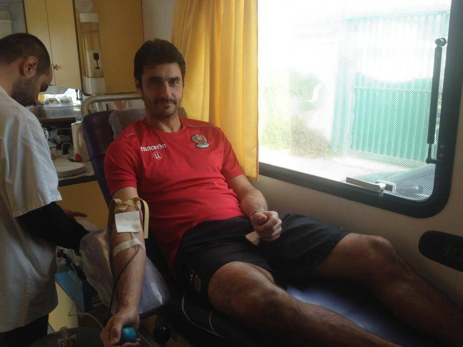 à l'image de nombreux volontaires, l'ancien international Lionel Letizi est passé dans le camion de l'ESF après l'entraînement pour donner son sang.