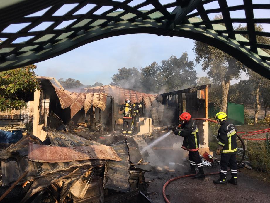 Un mobil-home entièrement détruit par les flammes, à Roquebrune-sur-Argens.