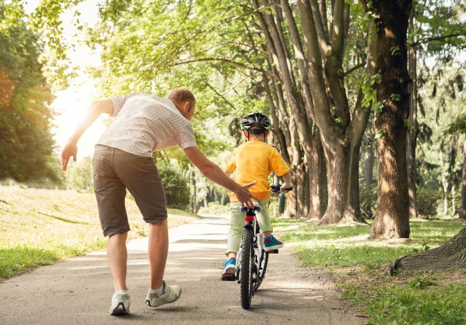 Illustration d'un enfant à vélo.