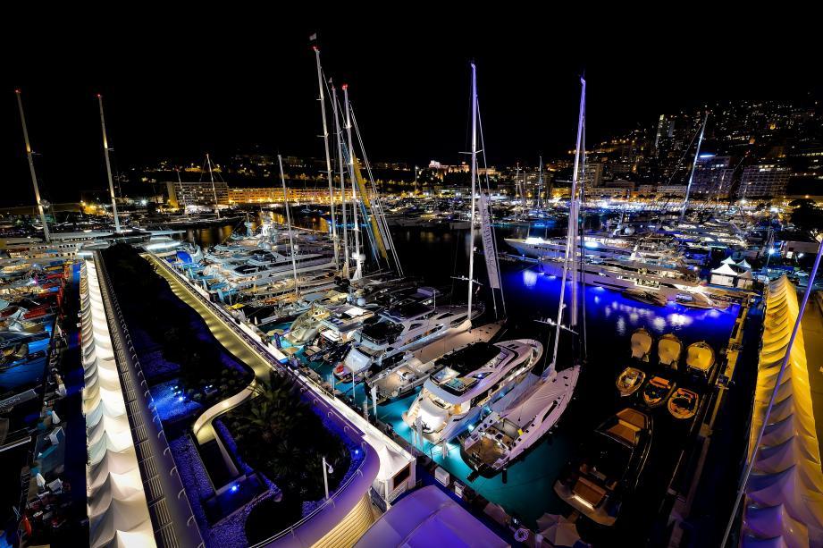 Monaco de nuit lors du Yacht Show.