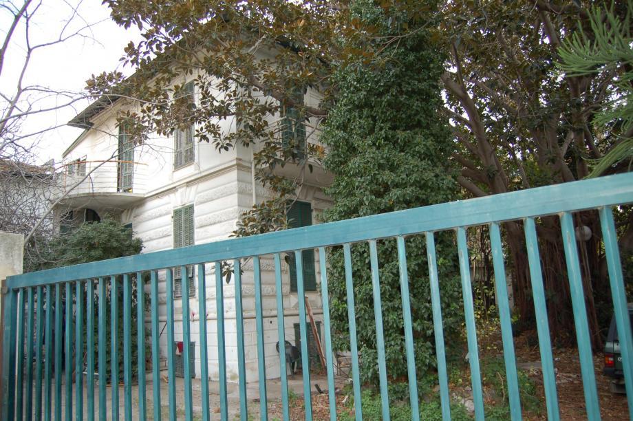 La villa située à l'angle de l'avenue de Grasseuil abrite des squatteurs depuis des années.