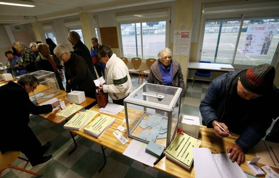 Un bureau de vote lors de la primaire à gauche.