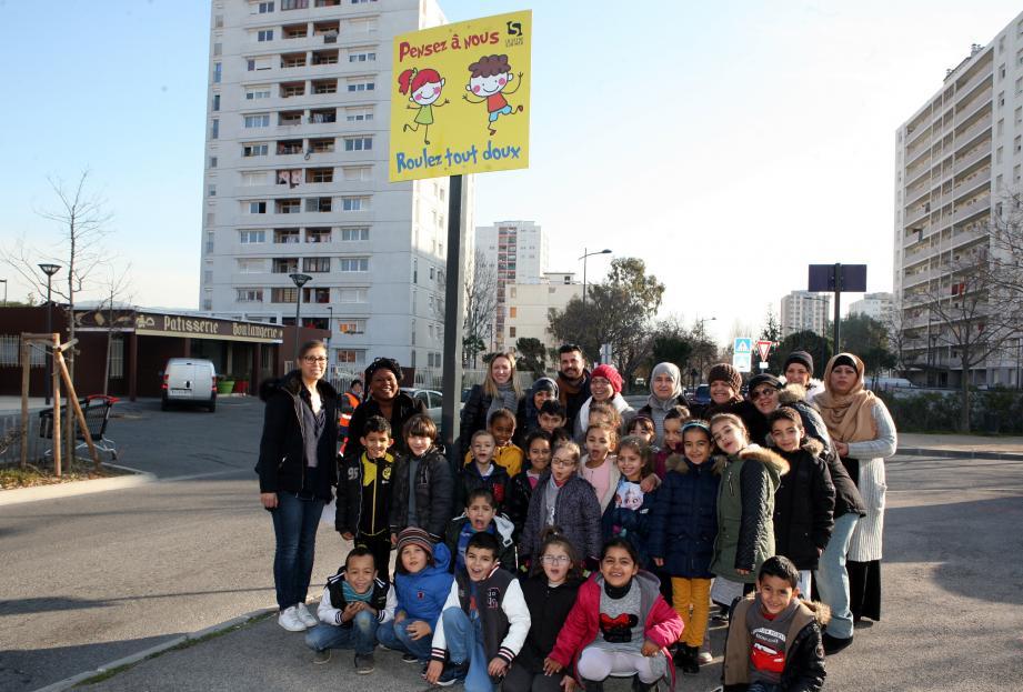 Une classe de l'école Jean-Zay avec leur enseignante, des habitants, Béatrice Gomis (de la Maefe), et Eddy Benalal, de l'auto-école Vignelongue devant l'un des panneaux installés avenue Bartolini.